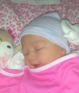 """Priscilla appena nata con il cappellino """"Yo nasci en Bournigal"""""""